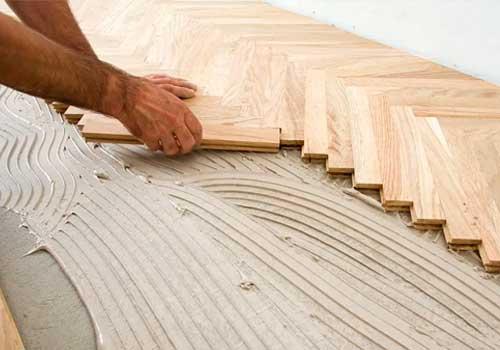 Instalación de tablillas pegadas de parquet