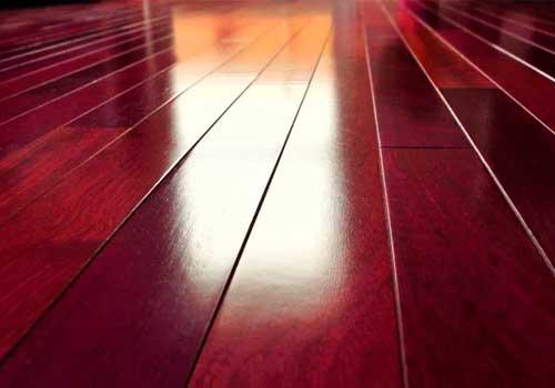 suelo de madera en color caoba