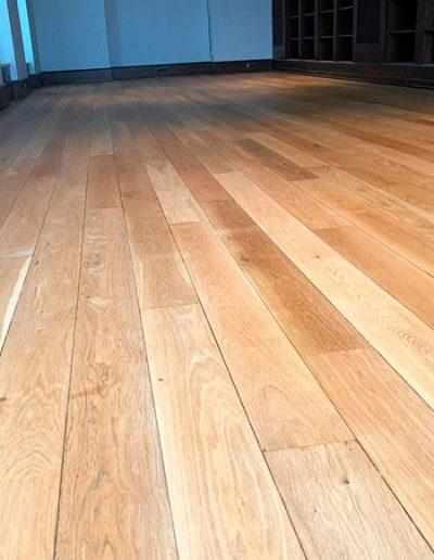 Detalle suelo madera barnizado