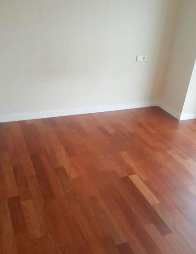 suelo laminado tono marron