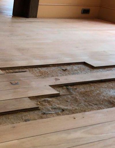 Suelo de parquets con zonas deterioradas, se aprecian falta de tablas de madera
