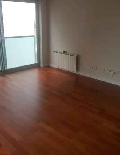 suelo parquet en vivienda tono marron